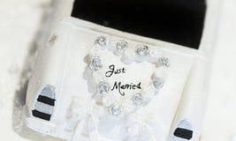Un justo casado canta en un pastel de bodas Foto de archivo libre de regalías