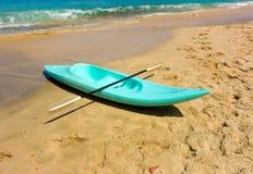 Un kayak dans les îles au vent images libres de droits