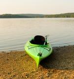 Un kayak sur le rivage de l'atlin de lac dans du nord avant Jésus Christ Photos libres de droits