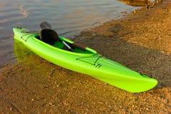 Un kayak sur le rivage de l'atlin de lac dans du nord avant Jésus Christ Images stock