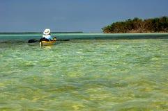 Un kayaker che galleggia nel verde del turchese innaffia nelle chiavi di Florida fotografia stock libera da diritti