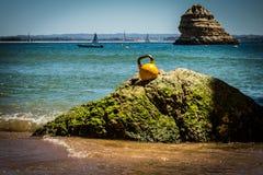 Un Kettlebell en una roca en la playa Imagen de archivo