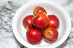 Un kilo de manzanas rojas Foto de archivo libre de regalías