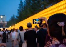 Un kimono de port de fille prennent une photo de lanterne Images libres de droits