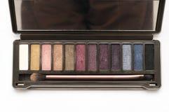 Un kit cosmétique de palette de fard à paupières de brun foncé images libres de droits