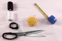 Un kit cousu avec des ciseaux, fil, ruban métrique Image libre de droits