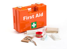 Un kit de premiers secours avec habiller le matériel Image libre de droits