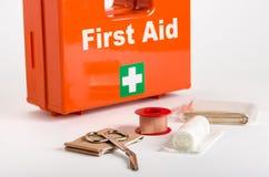Un kit de premiers secours avec habiller le matériel Photos libres de droits