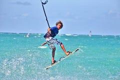 Un kiter joven durante el campeonato Fotos de archivo libres de regalías