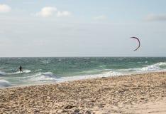 Un kitesurf d'homme sur la plage dans l'Océan Indien à Perth Images libres de droits
