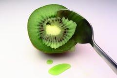 Un kiwi frais détruit par la cuillère Image stock