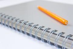 Un lápiz y un libro imagenes de archivo