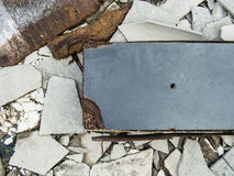 Un lío abandonado decaído del edificio del cemento con las tejas de tejado y bla Imagen de archivo