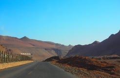 Un la route pour flamber la montagne, Turpan, Uygur Zizhiqu, le Xinjiang, Chine Photos stock