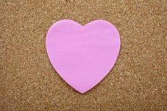 Un label collant de coeur sur un panneau d'affichage Photo libre de droits