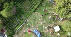 Un labyrinthe rond fait de pierres sur l'herbe Un bon nombre de gens, pique-nique banque de vidéos