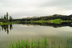 Un lac alpin dans le calme photos libres de droits