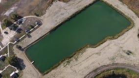 Un lac artificiel pour la pêche Un pont pour des pêcheurs sur le lac Pêche de lac Photographie stock
