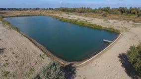 Un lac artificiel pour la pêche Un pont pour des pêcheurs sur le lac Pêche de lac Photos stock