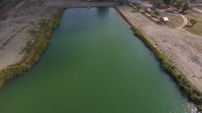 Un lac artificiel pour la pêche Un pont pour des pêcheurs sur le lac Pêche de lac Photo stock