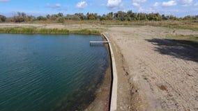 Un lac artificiel pour la pêche Un pont pour des pêcheurs sur le lac Pêche de lac Images libres de droits