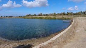 Un lac artificiel pour la pêche Un pont pour des pêcheurs sur le lac Pêche de lac Image libre de droits