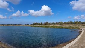 Un lac artificiel pour la pêche Un pont pour des pêcheurs sur le lac Pêche de lac Images stock