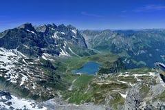 Un lac au milieu les montagnes Image stock