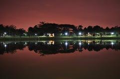 Un lac avec le ciel de nuit rougeâtre comme fond image stock
