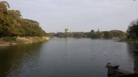 Un lac dans des jardins de Lalbagh, Bangalore, Karnataka, Inde Photo libre de droits