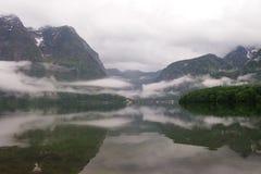 Un lac dans Hallstatt, Autriche Photos libres de droits