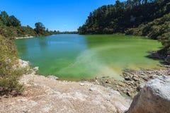 Un lac dans une zone géothermique, étant coloré vert jaunâtre par le soufre photo stock