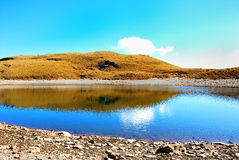 Un lac de montagne Image stock