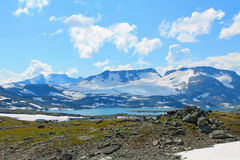 Un lac en montagnes image libre de droits