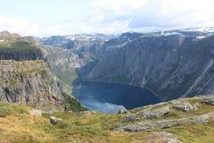 Un lac est entouré les montagnes Image libre de droits