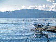 Un lac mountain avec un avion d'eau Photo stock