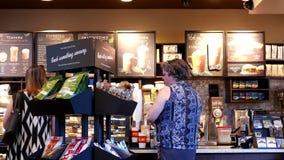 Un lado de café de compra de la gente almacen de metraje de vídeo
