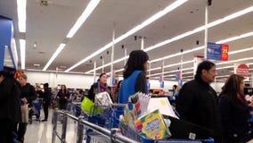 Un lado de contador de pago y envío dentro de la tienda de Walmart metrajes