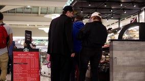 Un lado de formación de la gente para el café de compra almacen de metraje de vídeo