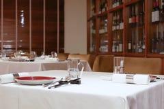 Un lado de gabinete del vino rojo con los vidrios y los palillos en la tabla Foto de archivo libre de regalías
