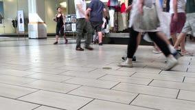 Un lado de hacer compras de la gente