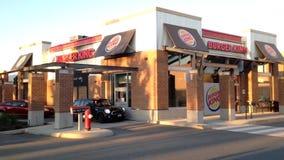 Un lado de impulsión de Burger King a través y de puerta principal metrajes