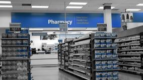 Un lado de la gente que coge su medicina de la prescripción dentro de la farmacia de Walmart almacen de metraje de vídeo