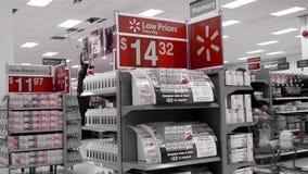Un lado de la gente que hace compras dentro de la tienda de Walmart metrajes