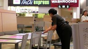 Un lado de tabla de la limpieza del trabajador en el área de la zona de restaurantes