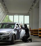 Un ladrón que intenta robar un automóvil Fotografía de archivo libre de regalías
