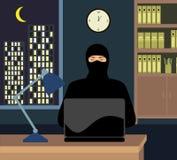 Un ladrón en la noche la oficina con un ordenador portátil Pirata informático que intenta incorporar la contraseña Fotos de archivo