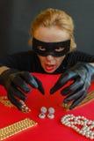 Un ladro della donna sta andando rubare i gioielli Fotografie Stock