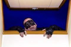 Un ladro entra nella casa Fotografie Stock Libere da Diritti
