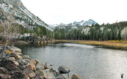 Un lago alpino en un día de la caída en montañas del ` s Sierra Nevada de California fotografía de archivo libre de regalías